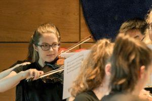 Internationale Musikcamps Oberwesel. Orchesterprobe mit Violinspielerin