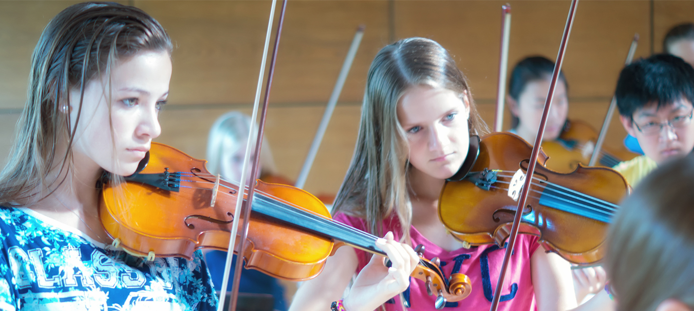 Das Rocking-Strings-Orchester des Internationale Musikcamps Oberwesel spielt während einer Probe