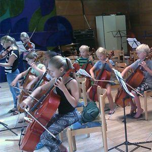 Schülerinnen und Schüler der Projekte Klassenmusizieren mit Streichinstrumenten sammeln erste Erfahrungen im Ensemble.