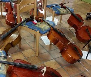 Chellos während der Pause. Im Kammerorchester werden anspruchsvolle Stücke gespielt.