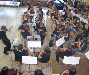 Streichinstrument und Rockmusik. Probe des Orchesters unter der Leitung von Jon Diven.