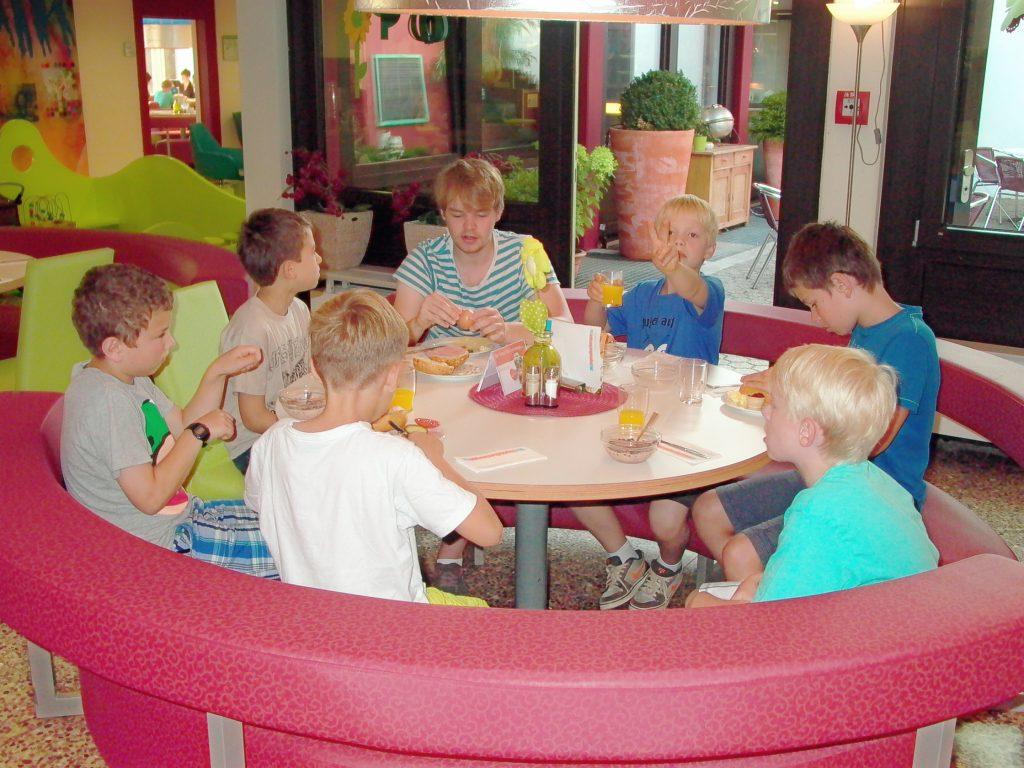 Ohne Mamph kein Dampf! Teilnehmer beim Frühstück.