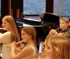 Schülerinnen und Schüler zwichen 8 und 12 Jahren sammeln erste Erfahrungen im Ensemble
