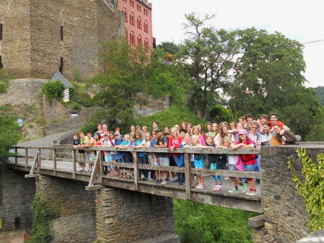 Schülergruppe während der Wanderung zur Schönburg