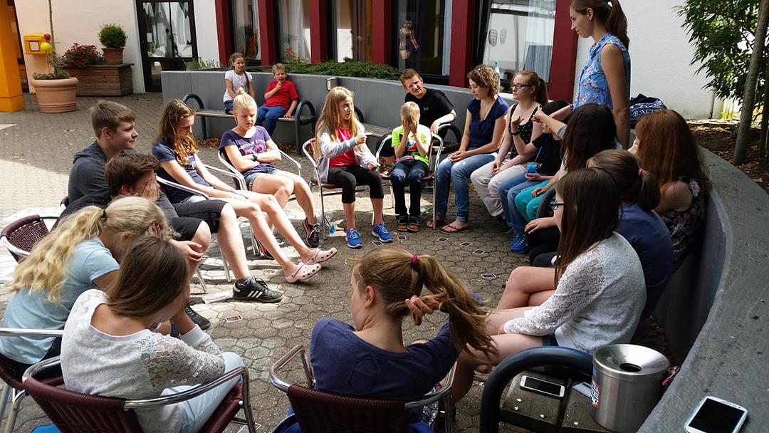Teilnehmer während eines gemeinsamen Spieles mit Betreuerin