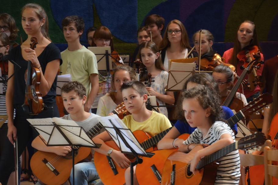 Das Gitarrenensemble spielt mit der Unterstützung des Streichorchesters