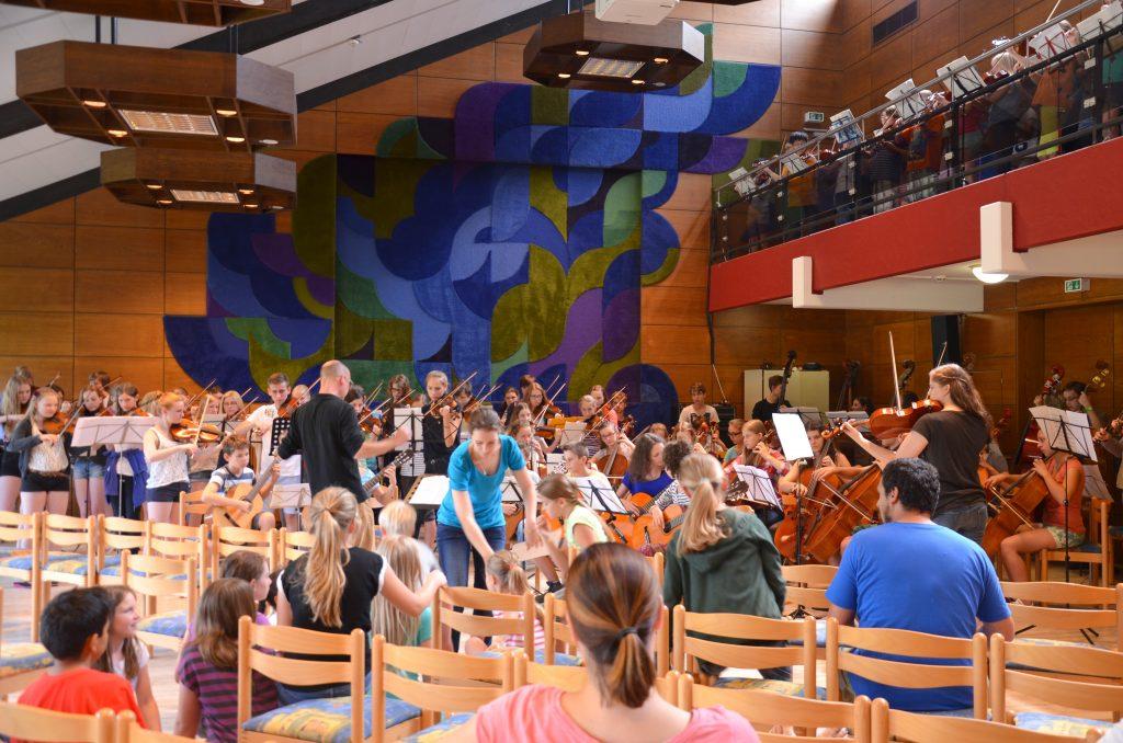 Das Gitarrenensemble spielt gemeinsam mit dem Streichorchesters