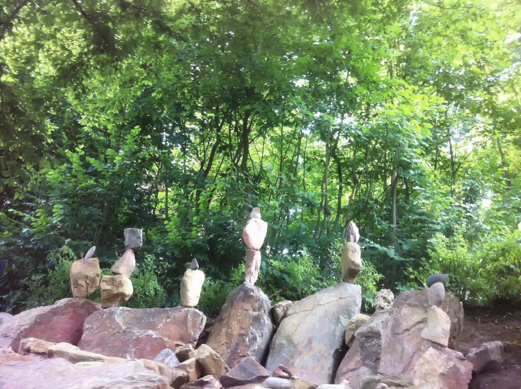Steine werden zu Skulpturen gestabelt