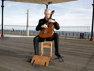 Redmond O'Toole spielt auf der 8 Saitigen Brahms Gitarre